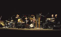 1 Il gruppo dei Percussion Staff: il carughese Francesco D'Auria, il marianese Fausto Tagliabue, il figineseMarco Castiglioni e i lecchesi Mauro Gnecchi e Pietro Stefanoni2 I Percussion Staff sul palco: stasera suoneranno la Festival Jazz di Mandello del Lario, domani a Gorla Minore, il 19 a Cirimido, il 1° luglio a Varenna e il 24 luglio a Piateda