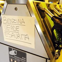 Assalto ai benzinai per l'ultimo pieno. «Poi i clienti torneranno in Svizzera»