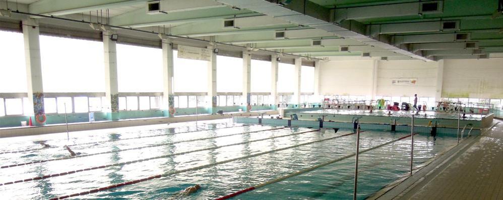 Malore in piscina a Cantù  Soccorso un nuotatore