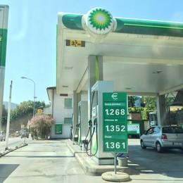 Verde e diesel, sorpasso  Ora costa meno in Ticino