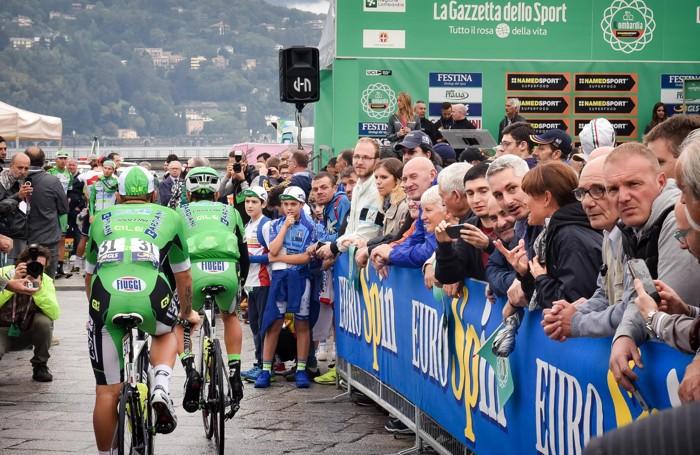 Como piazza Cavour preparativi per la partenza del Giro di Lombardia