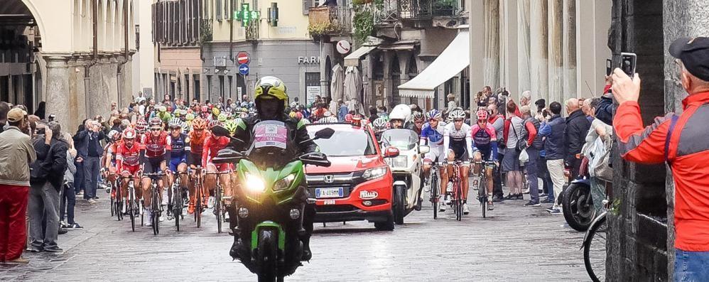 """È il giorno del """"Lombardia""""  Partiti da Piazza Cavour   Video dei corridori in centro    Il bellissimo spot"""