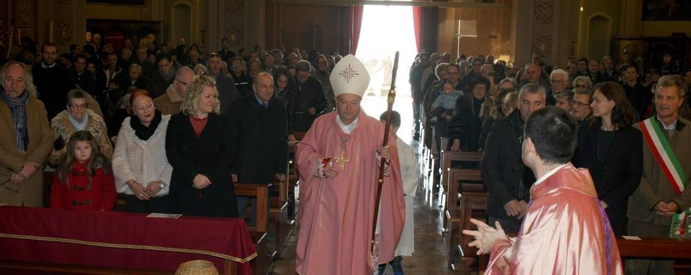 Folla per il vescovo di Como  in visita nella sua Tremezzo