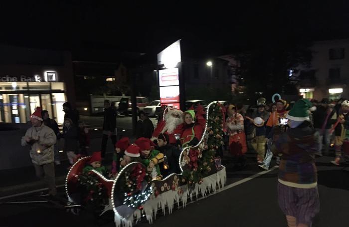 Olgiate, fiaccolata di Babbo Natale in centro