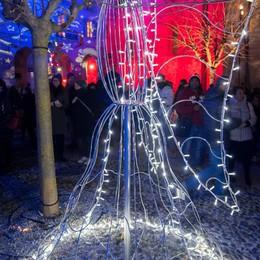 Como Città dei Balocchi accensione albero di Natale in piazza Grimoldi, angeli realizzati dagli alunni del setificio