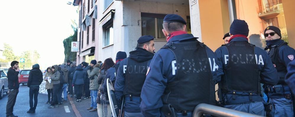 """Migranti, riecco centri sociali e """"No borders"""" A Fino davanti alla sede della Rampinini"""