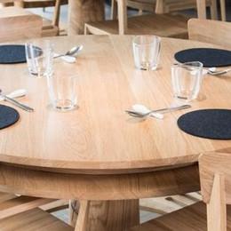 Lo chef Davide Oldani  sceglie i tavoli made in Cantù