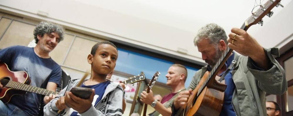 Musica e amicizia in stazione  Como abbraccia i profughi