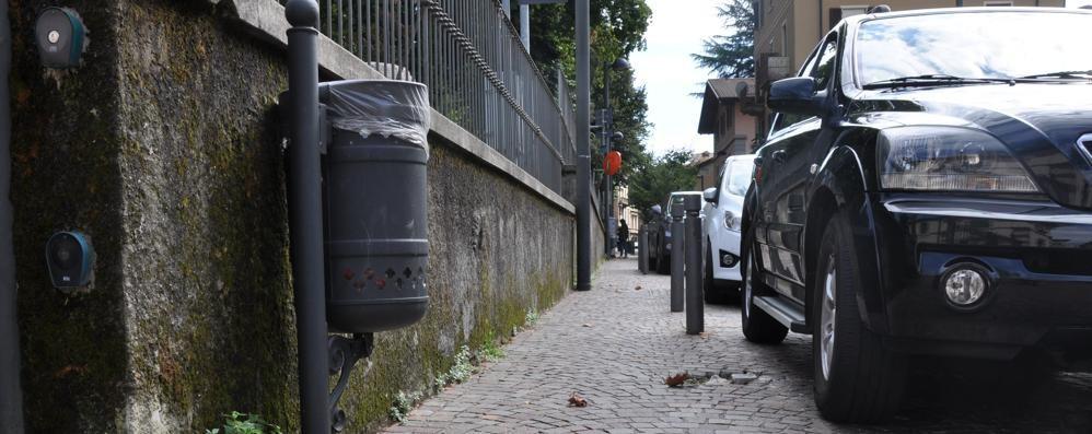 Due anziani, una donna  e la lite a ombrellate a Cantù  «Il movente è la gelosia»