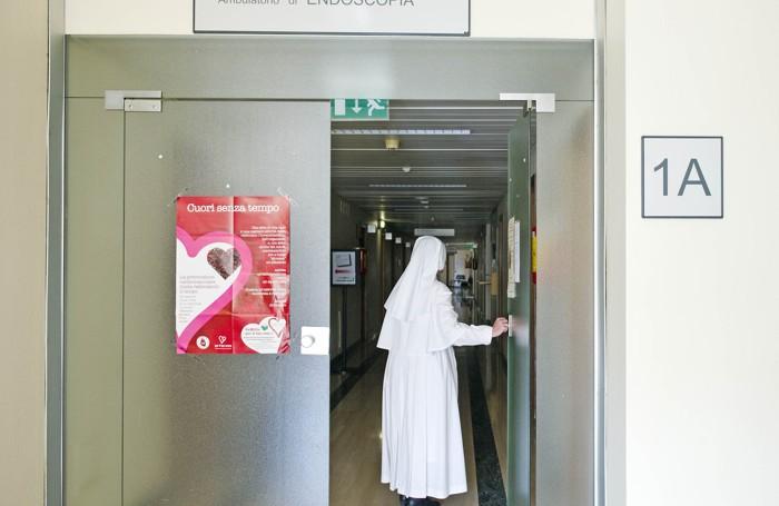 """L'accesso al corridoio """"1A"""", sul quale si affacciano gli ambulatori di endoscopia e cardiologia"""