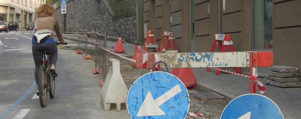 Oggi la riapertura di via Brambilla  Ma da lunedì ancora lavori in corso