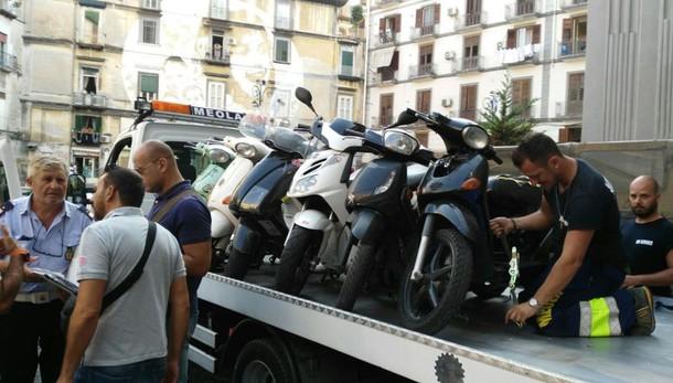 A Napoli caccia agli scooter dei clan