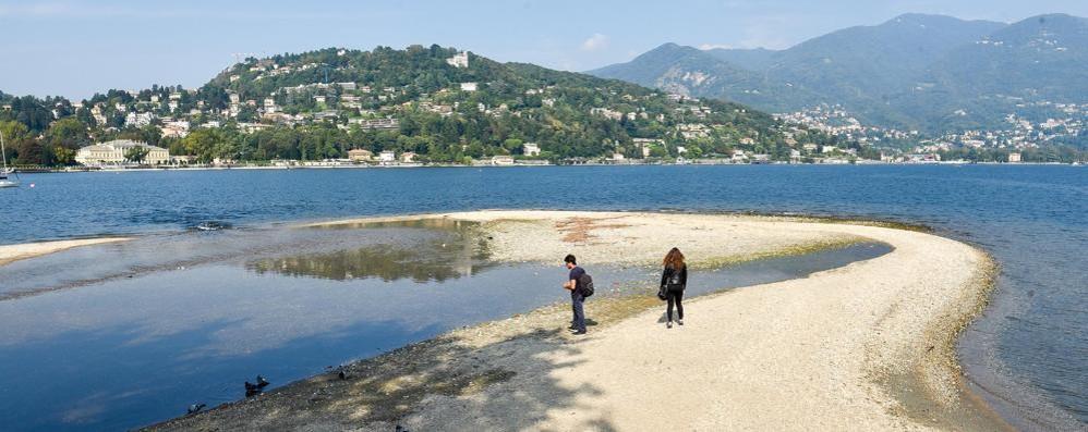 Lago, in sette giorni giù di 15 centimetri E davanti al Tempio spunta la spiaggia