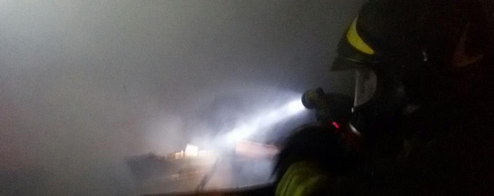 Figino: incendio devasta  un deposito di falegnameria