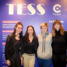 Como istituto Casnati presentazione del nuovo numero della rivista Tess, set fotografico con la copertina di Tess organizzato dagli studenti
