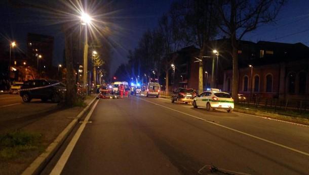 Moto investe pedone, tre morti a Torino