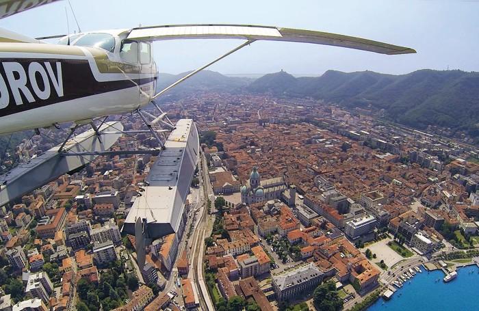 In volo con l'idrovolante sopra Como