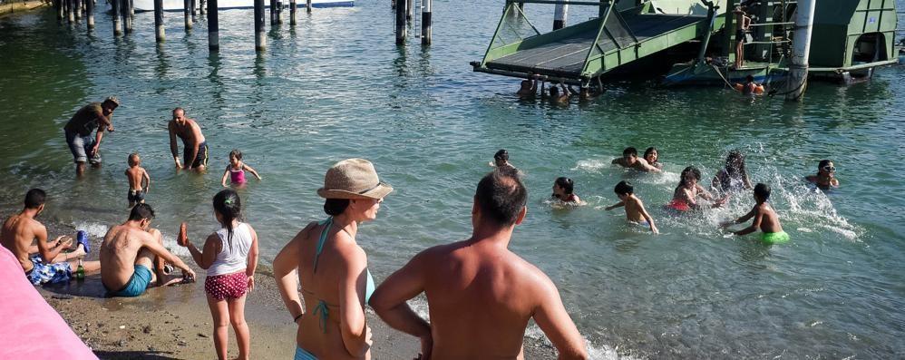 Dopo la tragedia nel lago  Mancano i cartelli e tutti fanno il bagno