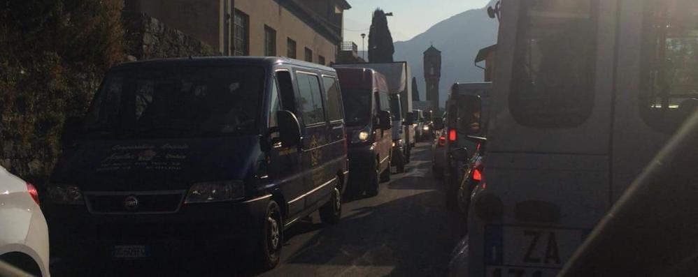 Niente movieri sulla Regina  Traffico impazzito e code  tra Colonno e Tremezzina