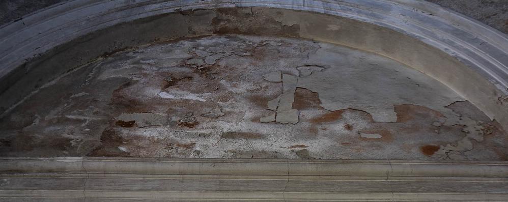 Como: cimiteri abbandonati  La rivolta dei comaschi  «Non c'è più rispetto»