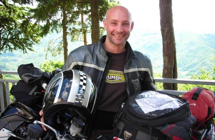 Tra le passioni di Eugenio Fumagalli c'era anche quella per le moto. Eccolo in una bella immagine