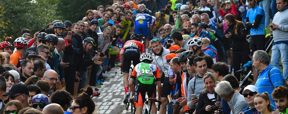 Giro di Lombardia, vince Mollema  Migliaia per strada a incitare i corridori