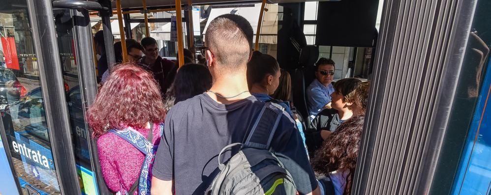Studenti, l'odissea sugli autobus  Tra mezzi strapieni e corse all'osso
