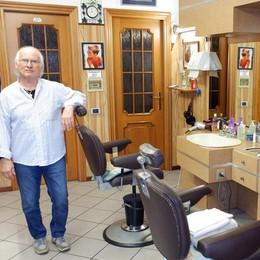 Mino il parrucchiere   saluta i suoi clienti di Barni
