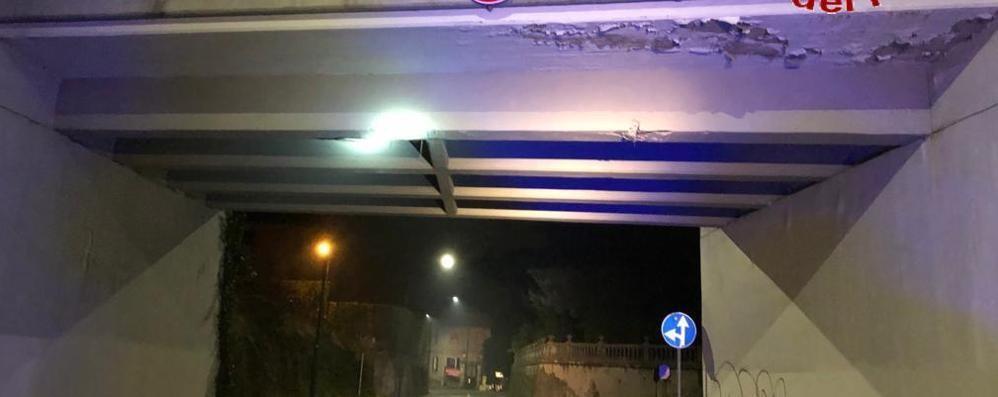 Calcinacci da un ponte  Circolazione limitata a Erba
