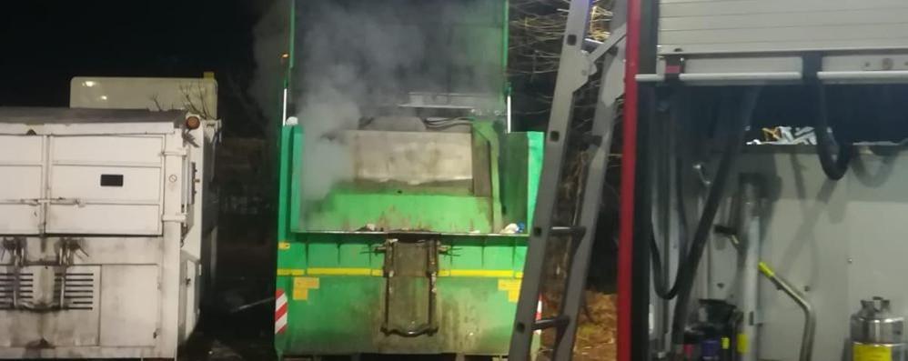 Montano, fiamme in azienda Brucia cassone dell'immondizia