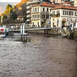 Lago, solo un battello al lavoro  A Sant'Agostino distesa di detriti