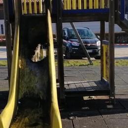 Vandali distruggono giochi al parco  QUI il video girato a Cremnago