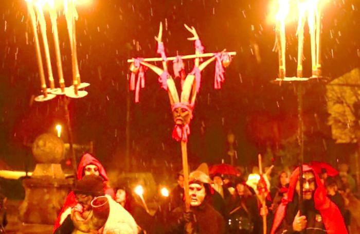 La pioggia mista a neve ha conferito toni drammatici alle maschere del corteo