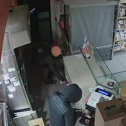 Prendono i soldi dalla cassa  ma la telecamera li riprende   «Riportateli o vi denuncio»