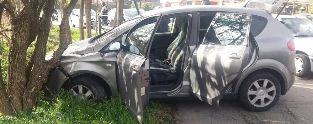 Inseguimento sulla Provinciale  Olgiate, auto in fuga centra un albero