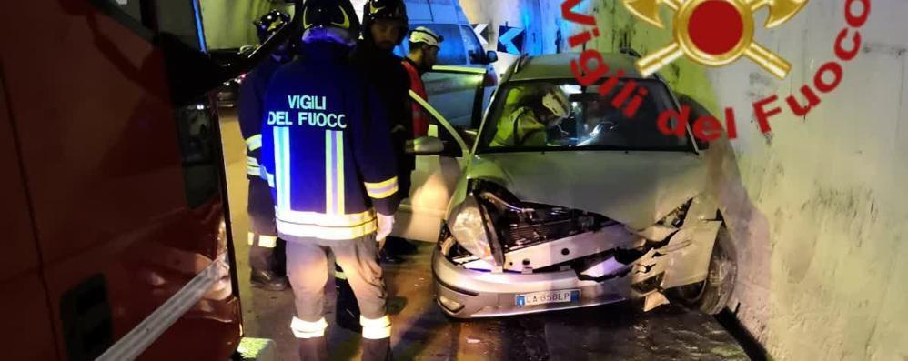 Incidente in galleria a Monte Olimpino  Finisce con l'auto contro una barriera