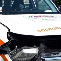Musso, auto medica in soccorso    La vettura davanti svolta, incidente