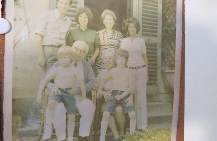 La famiglia Vitali dopo la guerra, all'esterno di Villa Oleandra