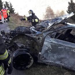 Paura al rally: auto a fuoco  dopo l'uscita di strada