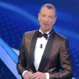 Sul palco di Sanremo  Amadeus veste  i tessuti made in Como