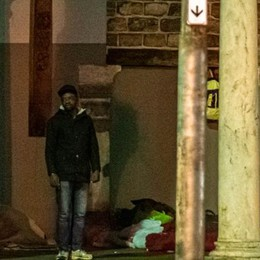 """Le Sardine attaccano il sindaco  «Sui senzatetto fa il """"barlafus""""»"""