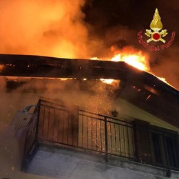 Nesso, in fiamme il tetto di una villetta  Famiglia evacuata da parenti