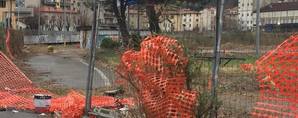 Ticosa, recinzioni ancora a terra  «Pericoloso, il Comune si muova»