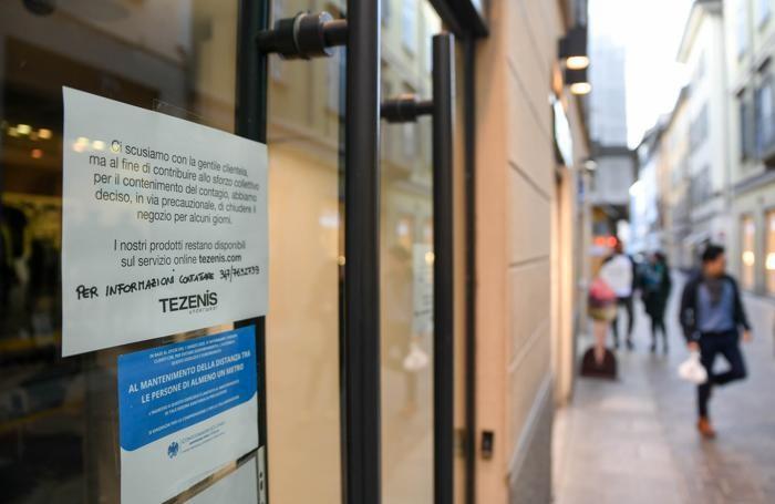 La vetrina di Tezenis in via Luini
