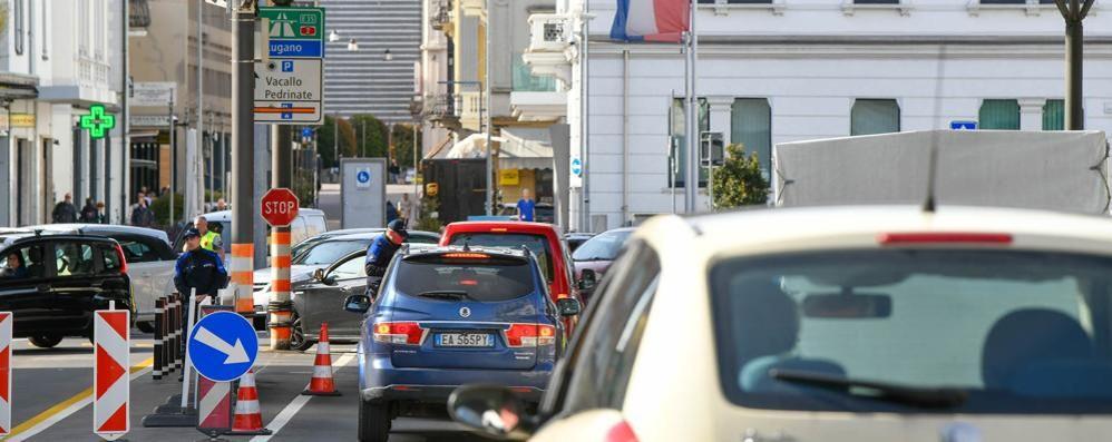 «Frontalieri, condizioni disumane»  L'appello: «Stesse regole dell'Italia»