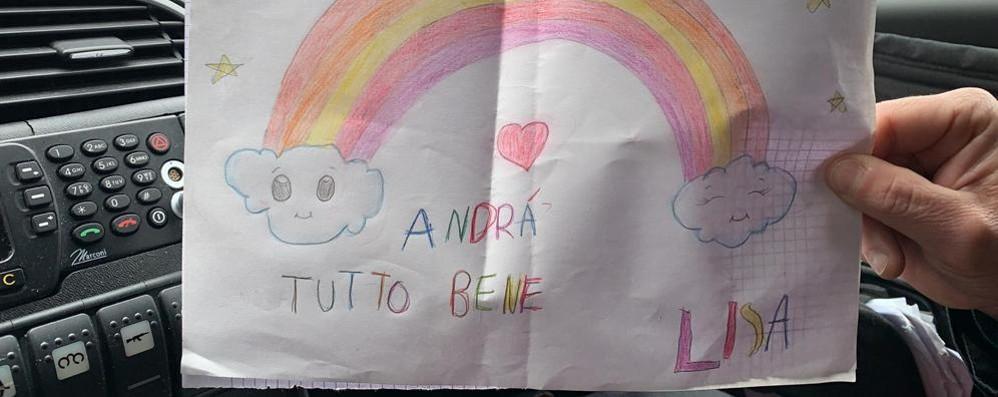 Como, la bimba ferma i carabinieri E regala loro un cartello di speranza