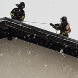 Pellio, incendio sotto la nevicata  I pompieri salvano  tetto di abitazione