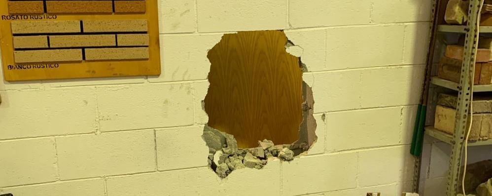 Sfondano il muro a colpi di mazza  La banda del buco ancora in azione