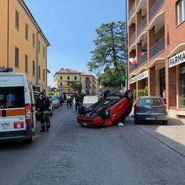 Erba, auto si ribalta   Paura in corso Bartesaghi