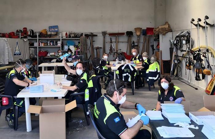 Lo smistamento delle mascherine nella sede della protezione civile